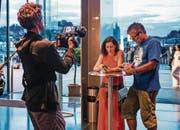 Kameramann Filip Zumbrunn mit den Schauspielern Delia Mayer und Stefan Gubser im FCL-Shirt. (Bild: Daniel Winkler/SRF)
