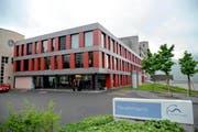 Die Spitäler (im Bild das Spital Schwyz) rüsten sich für den schärferen Wettbewerb. (Bild: Erhard Gick / Neue SZ)