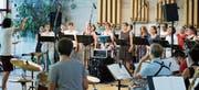 Der Chor Xang und die Big Band Zug widmen sich dem Werk Duke Ellingtons. Einzig die Gesangssolistin Eveline Suter fehlt noch an der Probe. (Bild: Stefan Kaiser (Zug, 18. Juni 2017))