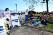 Die Umwelt-Botschafter klären die Passanten über Abfall auf. (Bild: PD)