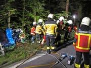 Am Baum steht der Unfallwagen (hinten links). Die Feuerwehr-Einsatzkräfte transportieren den Verletzten ab. (Bild: PD/FFZ)