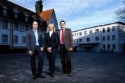 Der neue Klinikdirektor Reto Fausch (rechts) zusammen mit Chefärztin Magdalena Berkhoff und Pflegedienstleiter Daniel Mohr. (Bild Stefan Kaiser)