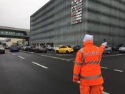 Ein Securitas-Mitarbeiter regelt den Verkehr vor der Mall of Switzerland. (Bild: René Meier / luzernerzeitung.ch (Ebikon, 11. November 2017))