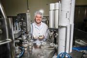Daniel Erni, Geschäftsführer der Neuen Napfmilch AG, bei der Abfüllmaschine. Bild: Manuela Jans-Koch (Hergiswil, 14. Oktober 2016)