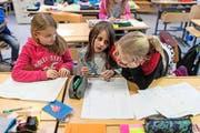 Primarschülerinnen wie hier werden in Luzern von vergleichsweise gut entlöhnten Lehrern unterrichtet. (Symbolbild Gaetan Bally/Keystone)