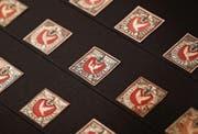 Der früheste bekannte Brief der Schweiz mit einer Briefmarke, einer Zürich 6, vom 2. März 1843 (oben) und mehrere Exemplare der Basler Taube («Basler Dybli»), ab 1. Juli 1845 im Umlauf (unten). (Bild: MFK)