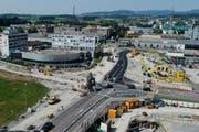 So sah die Grossbaustelle an der Kreuzung Alpenblick noch bis vor kurzem aus. Nun wird demnächst der Deckenbelag eingebaut. (Bild: Stefan Kaiser / Neue ZZ)