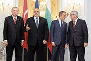 Der bulgarische Gastgeber und Premierminister Boyko Borisow (Zweiter von links) beim Fototermin mit Recep Tayyip Erdogan (links) sowie EU-Ratspräsident Donald Tusk und EU-Kommissionspräsident Jean-Claude Juncker (rechts). (Bild: EPA (Warna, 26. März 2018))