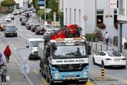 Die Umfahrung Cham-Hünenberg soll unter anderem das Chamer Dorfzentrum (im Bild die Zugerstrasse) vom Verkehr entlasten. (Bild Werner Schelbert)