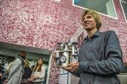 Dominic Büttiker, Schüler an der Kantonsschule Alpenquai, mit seiner selbstentwickelten Kaffeemaschine. Bild: (Bild: Nadia Schärli (Luzern, 21. März 2017))