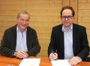 Investor Samih Sawiris, links, und Fernando Lehner von der MGBahn bei der Vertragsunterzeichnung. (Bild: PD)