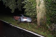 Die Unfallstelle zwischen Steinhausen und Baar: Nachdem der Mann gegen den Baum fuhr, blieb er mit seinem Wagen stehen. (Bild: Zuger Polizei)