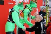 Gratuliert dem drittplatzierten Domen Prevc (links): Bundesrat und Ex-Skispringer Ueli Maurer. (Bild: Philipp Schmidli / Neue LZ)