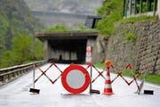 Die Strasse in der Schöllenen bleibt wochenlang gesperrt. Andermatt ist per Auto nur via Airolo über den Gotthardpass zu erreichen. (Bild: Keystone/Urs Flüeler)