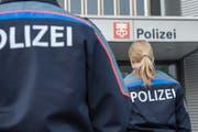 Zwei «richtige» Polizisten vor dem Polizeigebäude in Stans. (Symbolbild Urs Flüeler / Keystone)