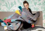 Martina Unternährer mit einer ihrer Decken, fotografiert bei «Sleepgreen», Luzern. (Bild: Philipp Schmidli)