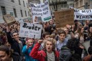 Mehrere hundert Schüler demonstrierten vor dem Regierungsgebäue gegen die Sparpläne im Bildungsbereich. (Bild: Boris Bürgisser (Luzern, 5. April 2017))