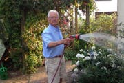 Rentner Klaus Seidel, der sich in Deutschland bei seiner Familie liebevoll um den Garten kümmert. (Bild: pd)