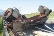 Der umgekippte Anhänger des Lastwagens auf der Autobahn A4. (Bild: Zuger Strafverfolgungsbehörden)