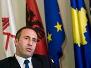 Ex-UCK-Kommandant Haradinaj ist für viele Kosovaren ein Held, für einige jedoch ein Kriegsverbrecher. Nun ist er erneut Regierungschef - an der Spitze einer Koalition, an der auch Kosovo-Serben beteiligt sind. (Archiv) (Bild: Keystone/AP/VISAR KRYEZIU)