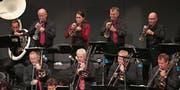 Ein Teil der The Swing Classic Big Band im Lorzensaal in Cham. (Bild: Roger Zbinden (23. September 2017))