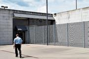 Die Justizvollzugsanstalt Lenzburg verfügt über 300 Haftplätze. (Bild: Walter Bieri/Keystone (Lenzburg, 23. Mai 2017))
