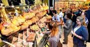 Wer kann da widerstehen? Hauchdünn geschnittenen Prosciutto gab es an dieser Station des LZ-Gourmet-Parcours zu kosten.Bilder: Alfons Gut (Emmen, 15. September 2016)