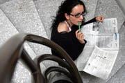 Eine junge Frau studiert den Stellenteil. (Archivbild Esther Michel; gestellte Szene)
