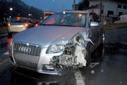 Bei der Kollision auf der Bahnhofstrasse in Wolhusen wurde die Front der Fahrerseite dieses Autos stark beschädigt. (Bild: Luzerner Polizei)