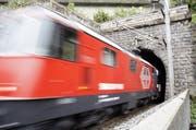 Ein SBB-Personenzug fährt auf der Gotthard-Achse durch einen Tunnel in Sisikon. (Bild: Keystone)