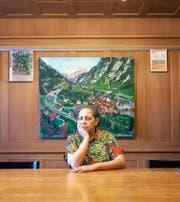 «Ich will als Mitbürgerin etwas zur Allgemeinheit beitragen»: Kristin T. Schnider am altehrwürdigen Tisch in der Gemeindekanzlei Wassen. Hier versammelt sich jeweils der Gemeinderat. (Bild Beata Pedrazzetti)