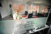 Hansueli Girsberger in seinem Element: Sein Informatikunternehmen in Brunnen ist der einzige unabhängige Stromprognosen-Softwareentwickler in der Schweiz. (Bild: Corinne Glanzmann / Neue LZ)