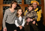 Heinivater Oliver Jost (40) mit seiner Frau Barbara und den Töchtern Nina (8) und Eva (5). (Bild Chris Iseli/Neue LZ)