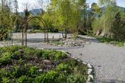 Man kann dem Heilpflanzengarten entlang flanieren – und sich auf Hinweistäfelchen nach der Pflanzensorte erkundigen. (Bild: pd)