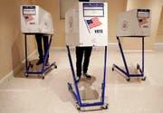Ging alles mit rechten Dingen zu? US-Wähler bei der Stimmabgabe. (Bild: Jason Szenes/EPA (8. November 2016))
