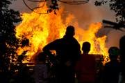 Das Feuer zog viele Schaulustige an. (Bild: Dominik Wunderli / Neue LZ)