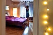 Eine Frau, die ein Zimmer ihrer Wohnung an Touristen untervermietet.Bild: Nadia Schärli (Luzern, 28. August 2016)