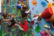 Kinder am Spielen in einer Kinderkrippe. Die SP befürchtet, dass einzelne Krippen zu hohe Reservationsgebühren verlangen würden. (Symbolbild Roger Grütter)
