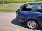 Scheibe eingeschlagen: Der Töfffahrer prallte heftig ins Heck des BMW. (Bild: Geri Holdener / Bote der Urschweiz)