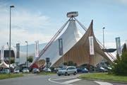 Aus Autorama wurde Autorena: Im Mattenhof Kriens verkauft nun die Garage Galliker Autos. Das auffällige Zelt ist geblieben. (Bild: Boris Bürgisser / Neue LZ)