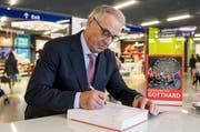 Adolf Ogi, Alt Bundesrat, ehemaliger Verkehrsminister der Schweiz, signiert ein Buch während der Buchvernissage «Tunnelling the Gotthard» am Freitag, 13. Mai 2016, im Verkehrshaus Luzern. (Bild: Keystone)
