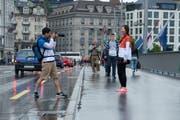 Asiatische Touristen verursachen beim Fotografieren auf der Seebrücke öfter heikle Verkehrssituationen, weil sie das ganze Bergpanorama aufs Bild bringen wollen. (Bild: Dominik Wunderli / Neue LZ)
