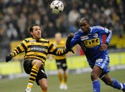 Carlos Varela (links) im Kampf um den Ball mit Luzerns Frantz Bertin. (Bild Keystone)