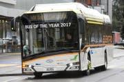 Ganz unbescheiden: «Bus des Jahres 2017» steht auf der Frontscheibe des Elektrobusses der neuesten Generation, den die Verkehrsbetriebe Luzern vbl derzeit testen. (Bild: Alexandra Wey/Keystone (Luzern, 1. Februar 2018))
