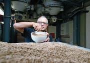 Markus Zürcher, Betriebsleiter der Landi Hünenberg, ist zufrieden mit der Getreideernte. (Bild: Maxine Büschi (Hünenberg, 26. Juli 2017))