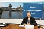 Nach dem Volks-Ja zur Tiefsteuerstrategie präsentiert Marcel Schwerzmann das Resultat. (Bild: Chris Iseli (Luzern, 27. September 2009))