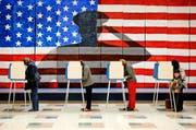 Wählerinnen und Wähler geben ihre Stimme ab. Bild: Shelby Lum/AP (Chesterfield, 8. November 2016)