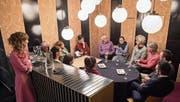 Je vier Vertreter vom Mannebüro und vom Stadtorchester Luzern diskutieren mit Léa Burger (7. von rechts) über soziale Räume. (Bild: Boris Bürgisser (Luzern, 28. Februar 2018))