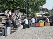 Mit Koffern und Kunstprojekten machen Flüchtlinge und Einheimische auf ihre Anliegen aufmerksam. (Bild: Maria Schmid (Zug, 30. August 2017))