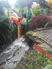 Die Einsatzkräfte bei der Sicherung der Bachmauer. (Bild: Feuerwehr Wiggertal)